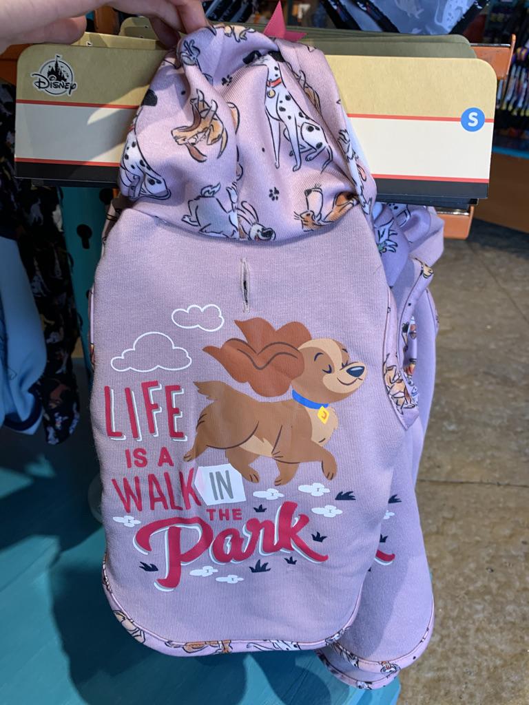こちらは#ディズニー のワンちゃん用品💕🐶💕  お洋服もCUTE😍3枚目のリードはこの時、小型ワンちゃん用のが置いてなくって、見つけたら欲しいなぁと思ってます(๑˃̵ᴗ˂̵)  リクエストいただいたので、まずは手持ちの写真から・・また見かけたらポストしますね🎵  #ディズニーワールド #海外ディズニー