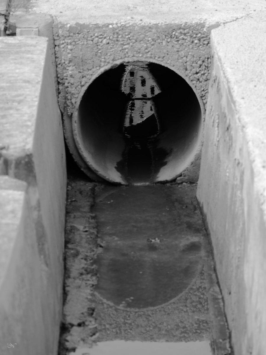 Un edificio se va por la desagradable cuadratura de los círculos. #fotografía #photography #blancoynegro #blackandwhitephotography #blackandwhite #bw #monochrome #monochromephotography