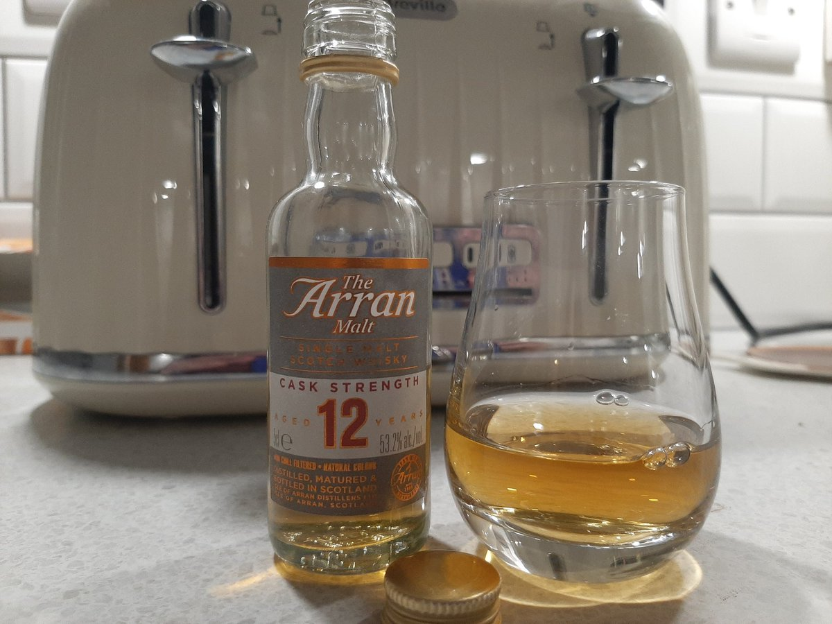 Tonight's wee dram is the lovely @Arranwhisky 12 year old cask strength 53.2%. Just gorgeous 😍