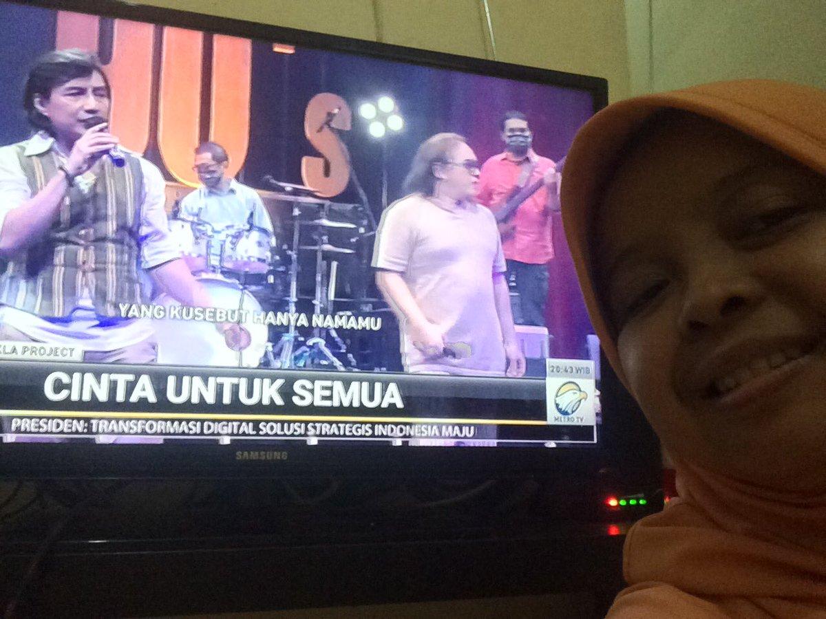"""Kla Project selalu membius penontonnya, sampai hari ini sdh 4 kali nonton konsernya (2 di Bandung, 1 di Jogja dan 1 di Jakarta). Terima kasih #MetroTVBackToThe90s #MetroTVKLaProject selfie saat lagu fav """"SEMOGA"""""""