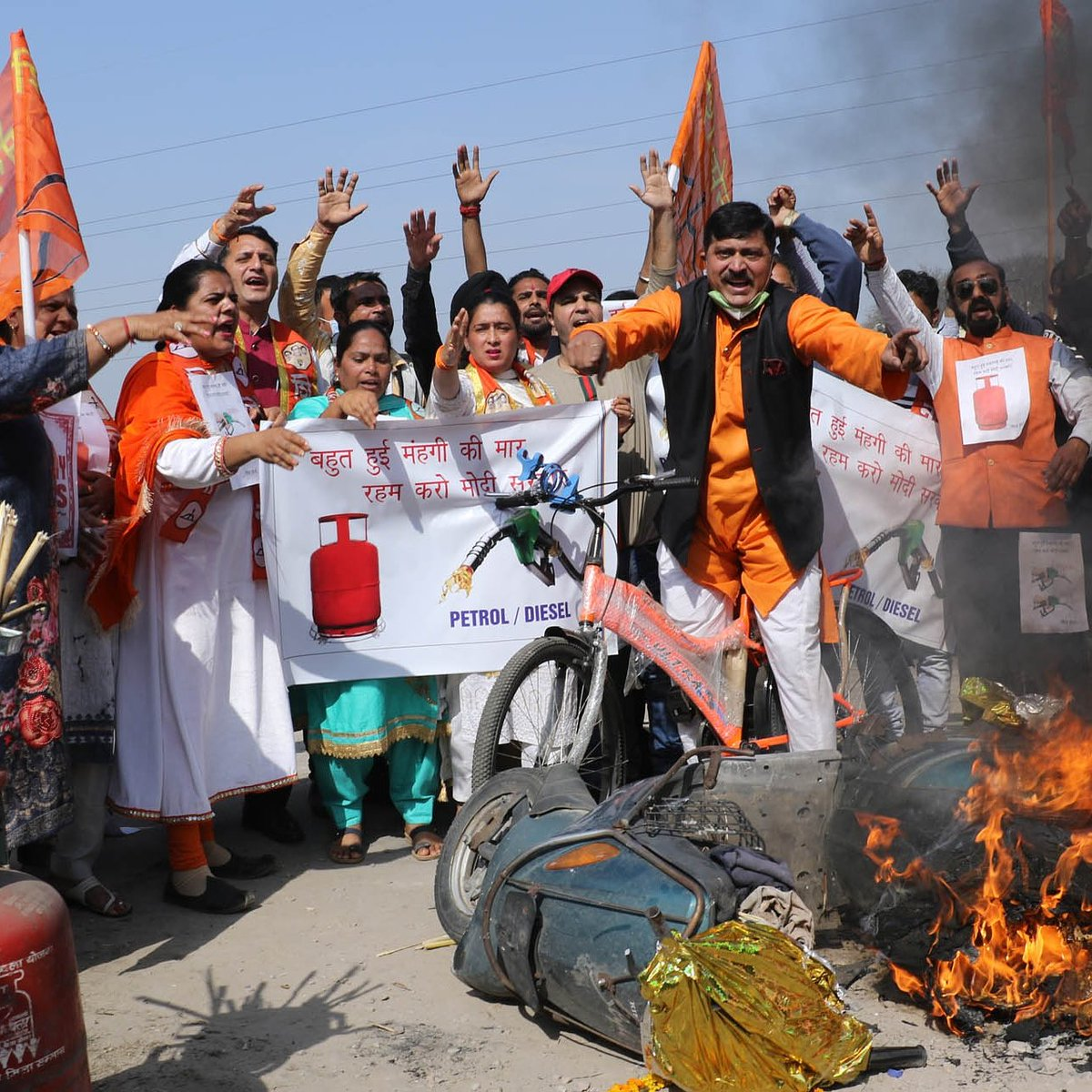 Shiv Sena  protest against price-hike of fuel and LPG  #JAMMU: The activists  of Shiv Sena Bal Thackeray, Jammu  protest against the skyhigh prises of Petrol, Diesel and LPG.Angry Shiv Sanik's  also set their two-wheeler on fire and Shouting slogans against union government.