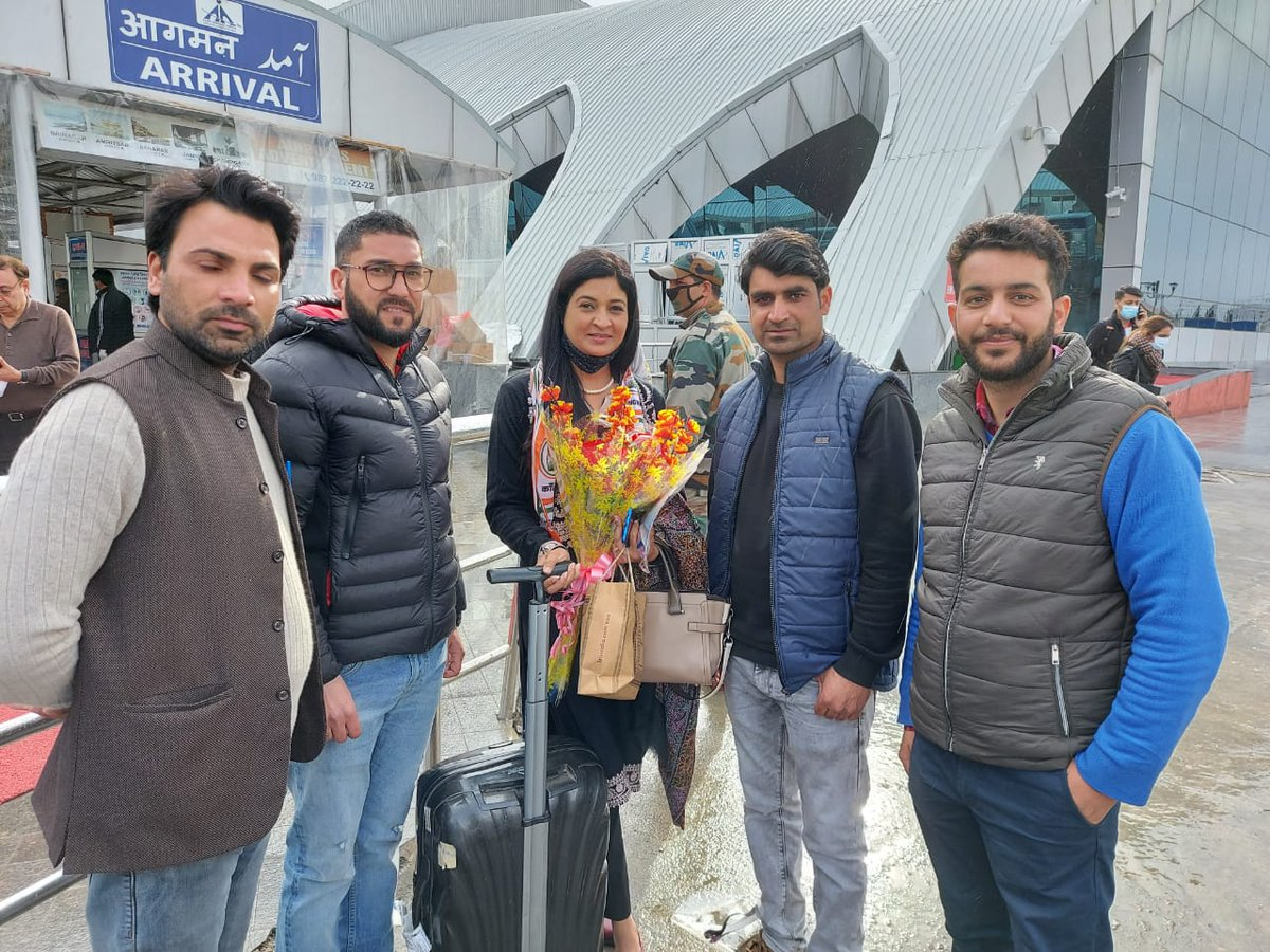 Ex MLA @LambaAlka Ma'am is visiting Srinagar Congress Office on February's  27th at 11am.  If you are in Srinagar & want to meet her, you are most welcome. #JammuAndKashmir  @rajanipatil_in  @GAMIR_INC  @INCJammuKashmir @IYCJammuKashmir @SevadalJK @JKNSUI @Uday_Bhanu9