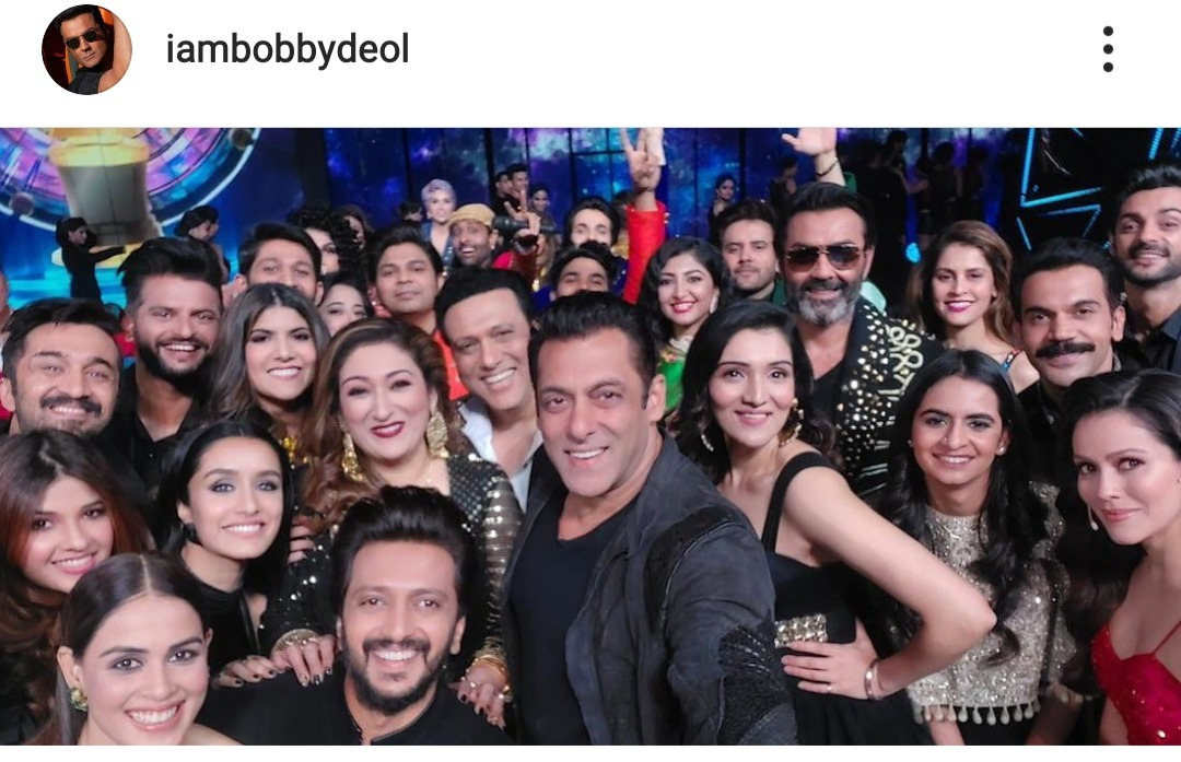 This picture is a 101 guide on 'How to click the best selfie' 📷 @BeingSalman bhai tussi great ho! Selfie Of The Year