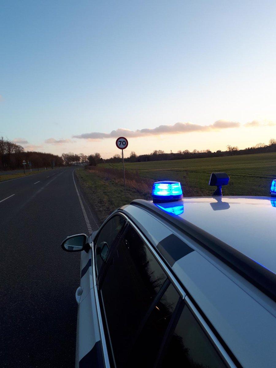 En af vores patruljer forhindrede formentlig at nogle kom til skade, da de i dag kl. 1640 fik stoppet en 32 årig mand, som kørte ca. 170 km/t på Otterupvej v. Stige i Odense i en 70 km/t zone. Manden blev straks frakendt førerretten og kan se frem til en stor bøde. #politidk https://t.co/RVZ9hWEvUz