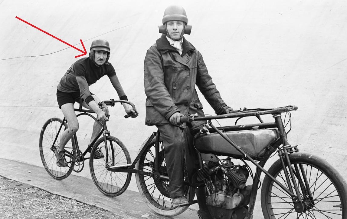 Les oreillettes existent dans le cyclisme depuis le début du XXe siècle. Cétait en effet le nom donné aux cache-oreilles des casques de stayers, ces pistards qui roulaient derrière des motos pétaradantes.