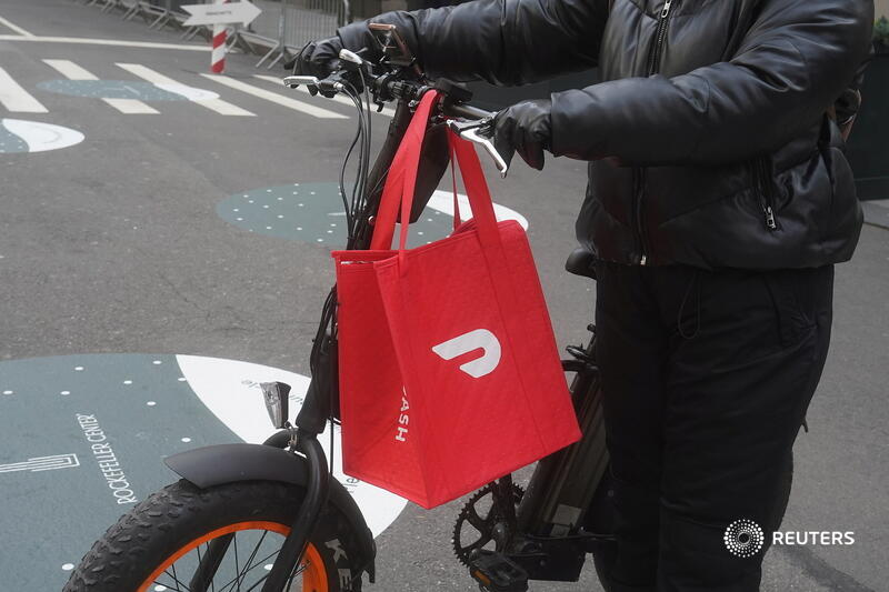 Capital Calls: With a captive audience of eaters stuck at home, DoorDash's fourth-quarter sales rose 226% year-over-year. It will be tough to keep up its scorching growth once customers can eat out comfortably, says @jennifersaba. https://t.co/XccY8QZSLM https://t.co/OfLWkw7WzM