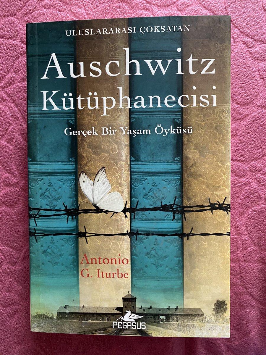 Gerçek yaşam öyküsünden esinlenerek yazılmış bu kitabı kalbiniz hassassa okumayın. Kitap okumak ve bulundurmanın yasak olduğu #Auschwitz kampında 31. Koğuşun elindeki 8 kitabı koruma ve saklama görevi verilen 14 yaşındaki #AuschwitzKütüphanecisi Dita Kraus'un hayatını okuyoruz👍