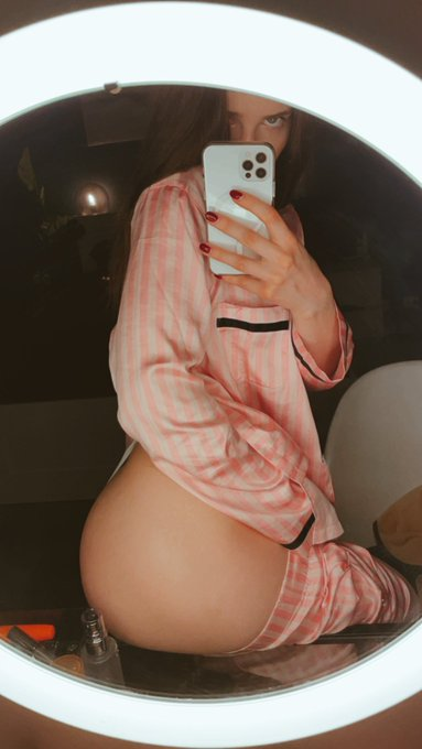 3 pic. Good night baby 🥰🍑 https://t.co/th6FfuodBL