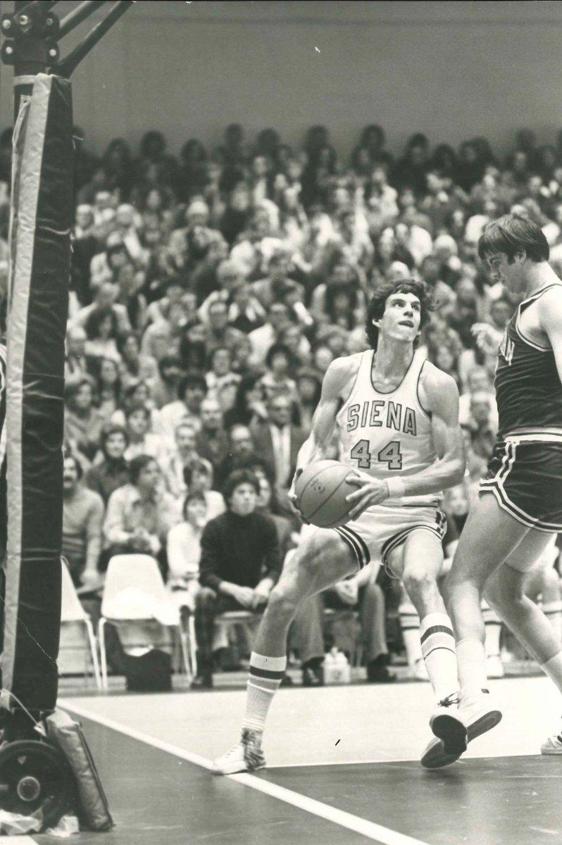 𝔸𝕟𝕕 𝕥𝕙𝕖 𝕔𝕠𝕣𝕣𝕖𝕔𝕥 𝕒𝕟𝕤𝕨𝕖𝕣 𝕚𝕤...🥁 B. Gary Holle The Siena Hall of Famer averaged 2⃣0⃣.6⃣ PPG from 1974-76.