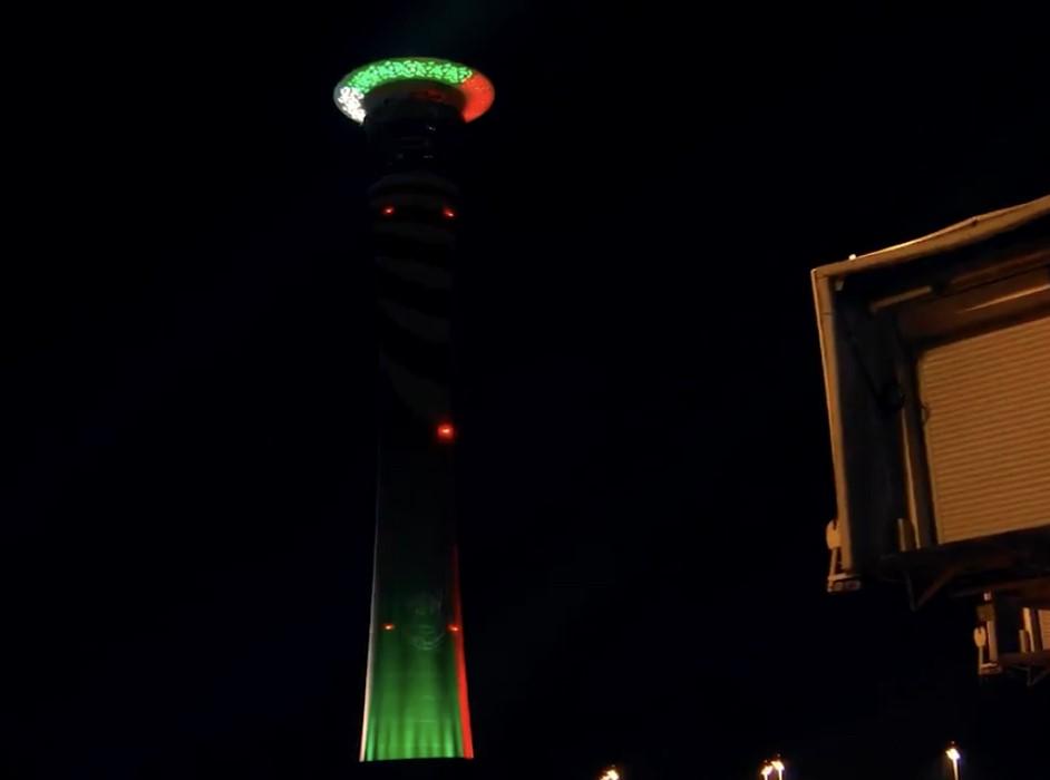 شاهد.. برج مراقبة #مطار_الملك_عبدالعزيز في #جدة يكتسي بألوان علم #الكويت احتفاءً بـ #اليوم_الوطني
