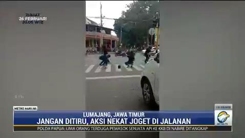 Aksi nekat sekelompok remaja yang berjoget di tengah jalan raya di Lumajang, Jawa Timur demi membuat konten YouTube berakhir di kantor polisi.  #knowledgetoelevate #metrohariini #remajajogettengahjalan #jogetditengahjalan #lumajang #konteyoutube #demikonten