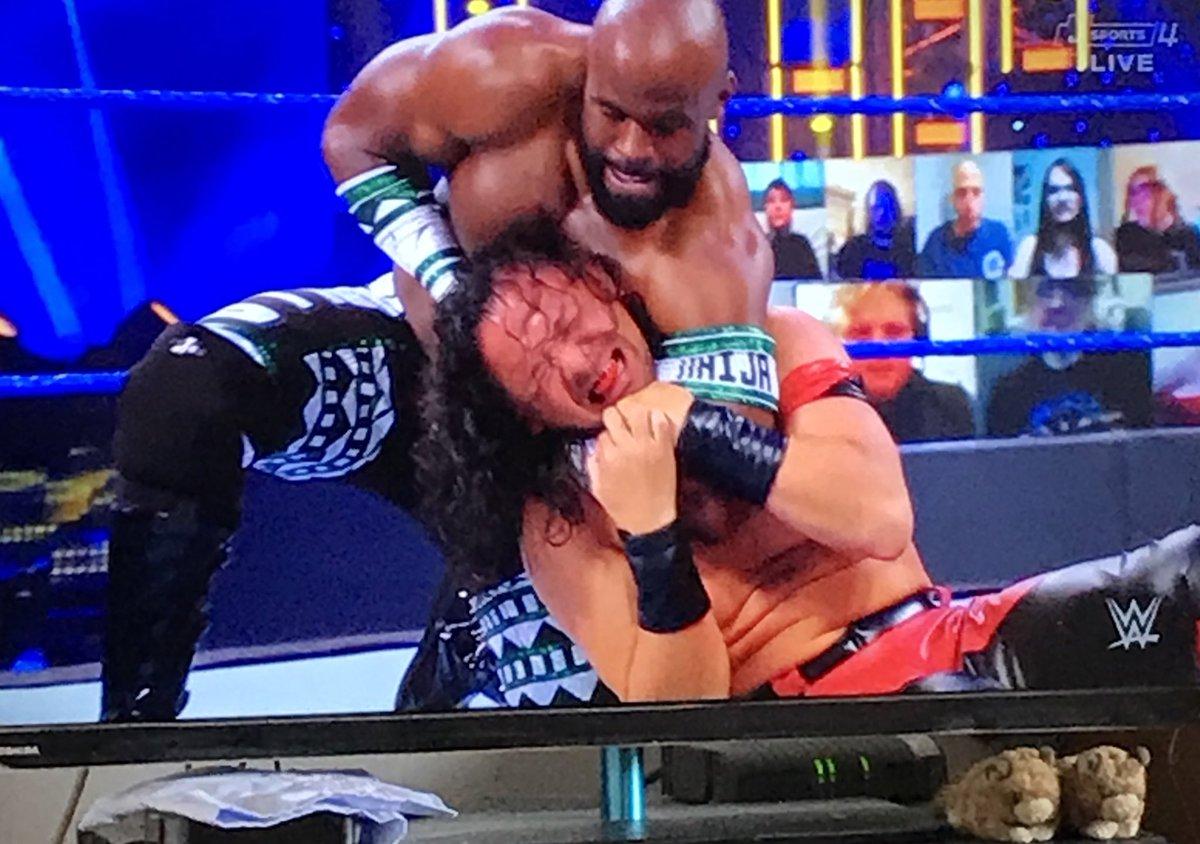 """新衣装になったアポロは、シンスケと対決! プロレスマニアにとってはウーハーネイションvs中邑真輔だから…実質、""""日本育ち対決""""だ‼︎   アポロはフィニッシュにアングルスラムのようなヤマアラシのような技を披露!  #JSPORTS #土曜の朝はWWE  #SMACKDOWN #WWE #WWE_jp"""
