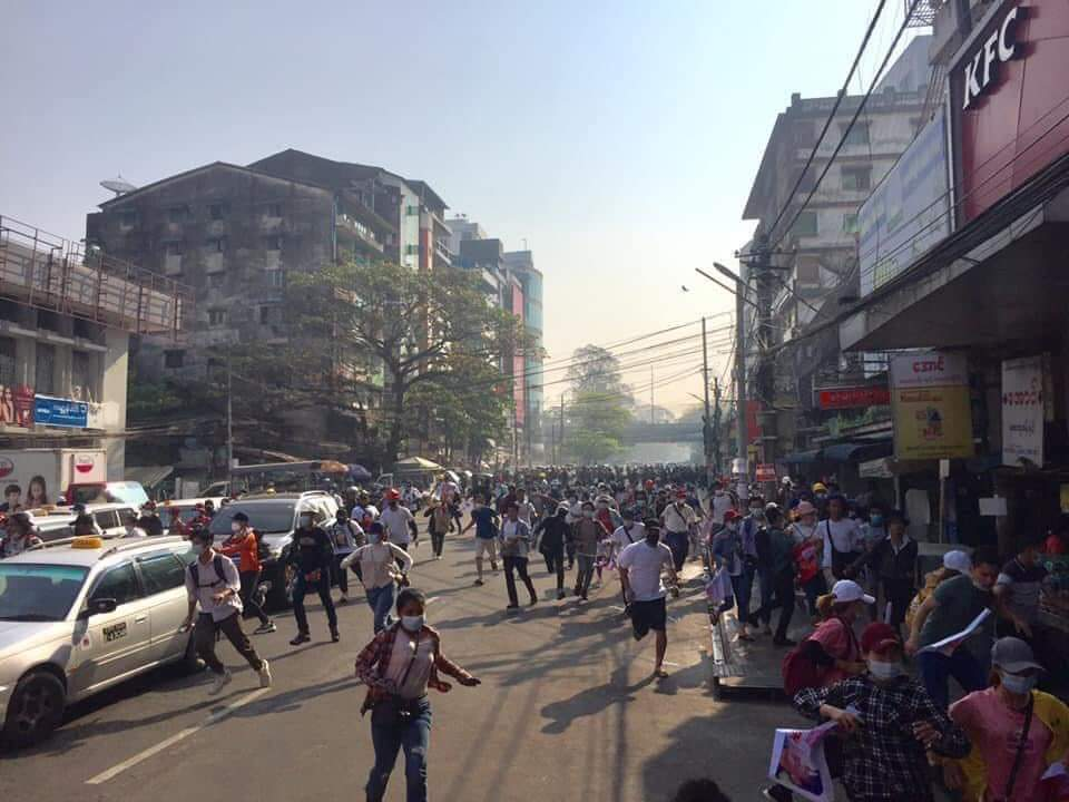 police use tear gas at Hledan Yangon.   CRPH ASSEMBLE @TostevinM @poppymcp @RapporteurUn @freya_cole @KenRoth @hrw @USEmbassyBurma @freakingcat  #Feb27Coup #WhatsHappeningInMyanmar https://t.co/BJq4AMij93