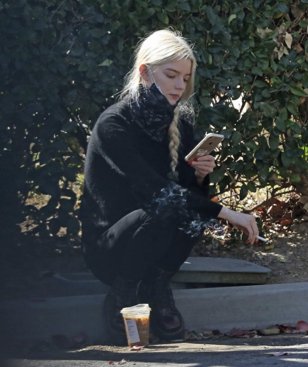 まるで不良のようだけど?コーヒー飲みながらタバコ吸う姿が画になるアニャ・テイラー=ジョイ!