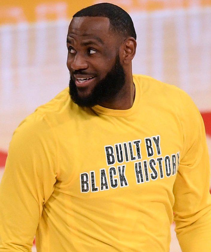 LeBron James tonight:   28 points  11 rebounds  7 assists  4 steals  3 blocks  52% FG   🤴🏾 https://t.co/ayjRtaIgGM
