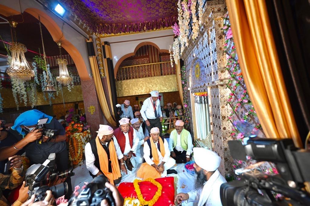 समाजवादी पार्टी के राष्ट्रीय अध्यक्ष एवं पूर्व मुख्यमंत्री श्री अखिलेश यादव ने आज वाराणसी में सीर गोवर्धन स्थित संत रविदास मंदिर पहुंच कर श्रद्धासुमन अर्पित किया।