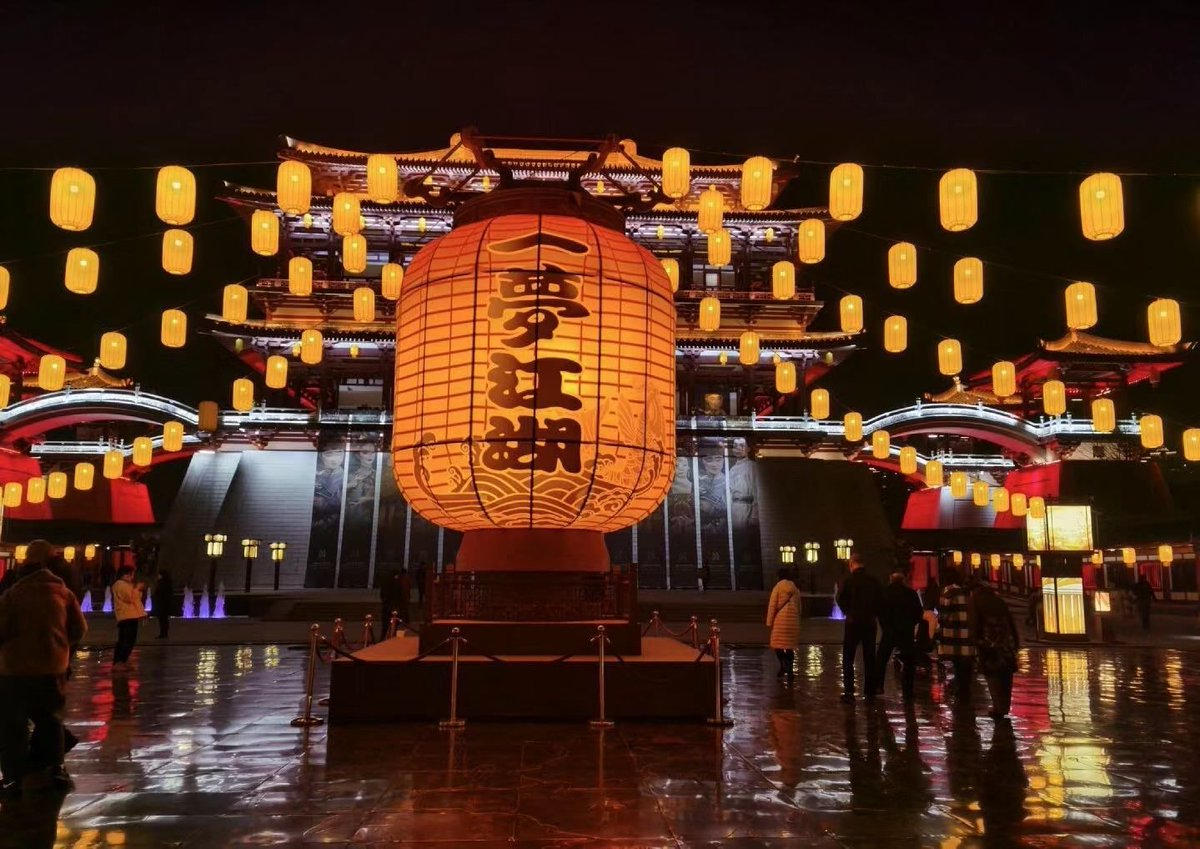 Xi'an Tang Paradise and the ancient city wall lantern fair 🏮🏮🏮 As one of the four ancient capitals, Xi'an would be always lit up by modern lights on the 15th day of the first lunar month.  #IBSBFSU #StudyinChina #studyabroad #China #西安 #campus #newyear