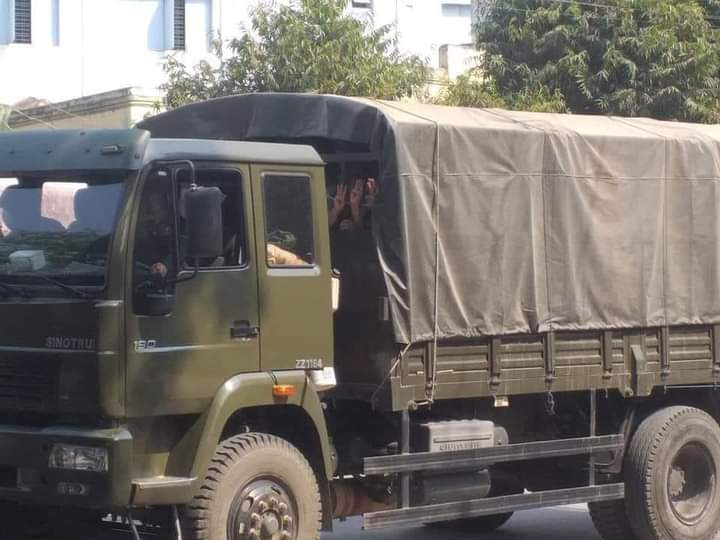 @MayWongCNA @of_vom Arrested protesters still show  3 fingers in the military truck. What a courage! #Monywa  #WhatsHappeningInMyanmar  #Feb27Coup