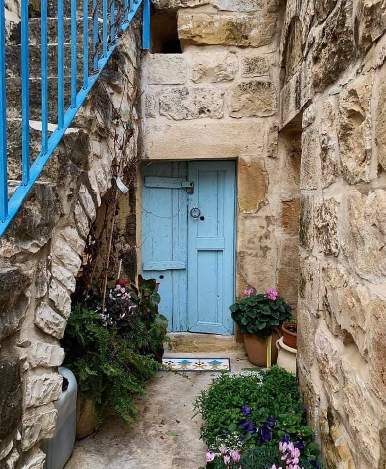 طرد صاحب البيت وعائلته، استولى عليه المحتل، واستوطن فيه الغريب.  عين كارم #القدس كل حجر فيه ينطق انا عربي. #صباحات_فلسطينية
