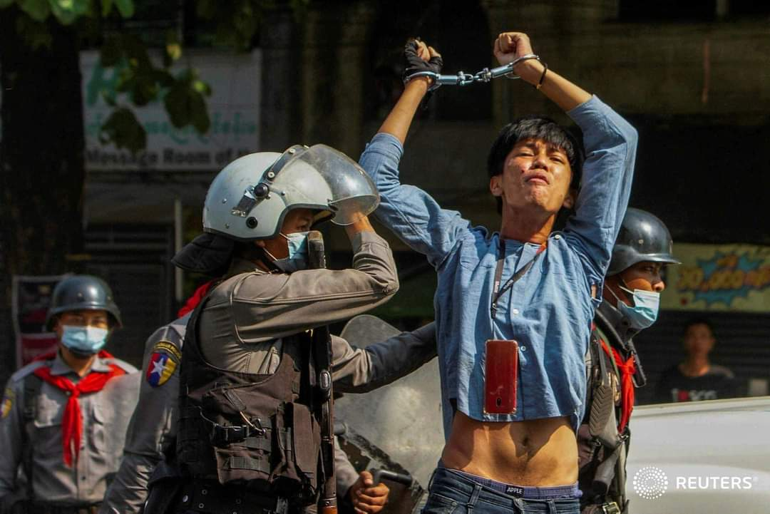 On feb27, an innocent student was brutally beaten and arrested by the military in Yangon. #WhatsHappeningInMyanmar #Feb27Coup #MilkTeaAlliance