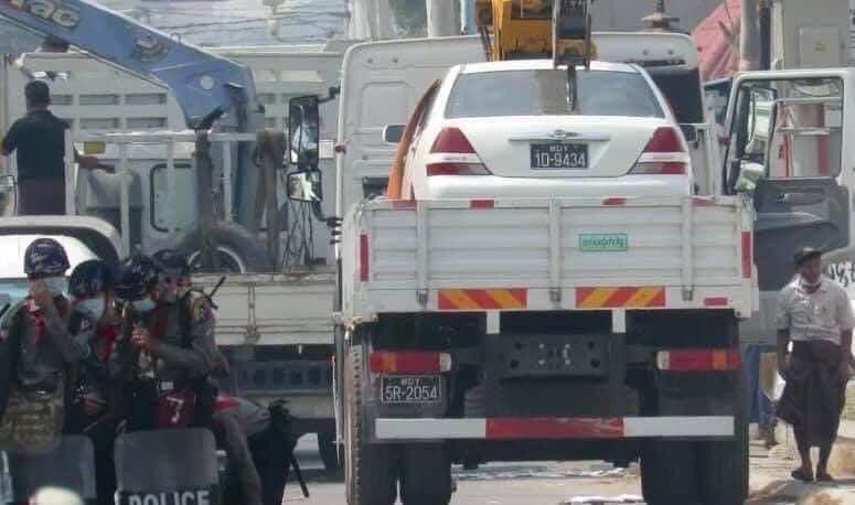 seizing cars by Junta's terrorists to extort 500,000ks for return. Such an illegal act to rob in the broad day light - Only in Myanmar.   CRPH ASSEMBLE @TostevinM @poppymcp @RapporteurUn @freya_cole @KenRoth @hrw @USEmbassyBurma @freakingcat  #Feb27Coup #WhatsHappeningInMyanmar