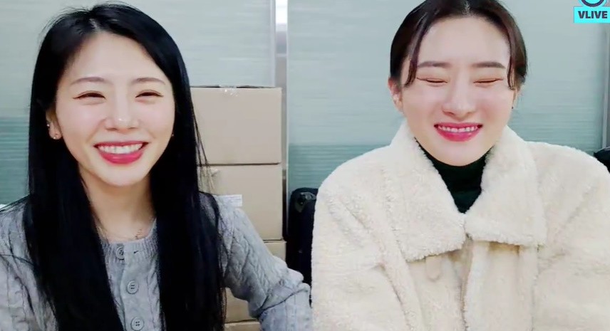 We are the two that in charge of cuteness in DC~ Jiu: You really looked like a Jindo dog just now 🤣🤣 Sua: *woof* Jiu: (look at the screen) it's coming out soon Sua: AH! YOU CALL THIS JINDO DOG??  Sua : strong, short haired Jindo dog Jiu : cute baby Jindo dog