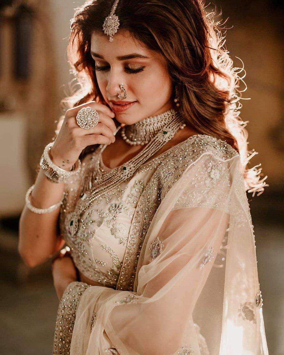 साजिरी.... गोजिरी ......😍😍 @SanskrutiOfficl  #sanskrutibalgude #potraits #marathiactress #marathicelebrity #beauty #royallook #bridelook #photoshoot #lehenga  #ethinicstyle #ethinicfashion #fillamwala  📸 - @girishkatkarphotography @tastaphotography  💄- @sheetalpalsande