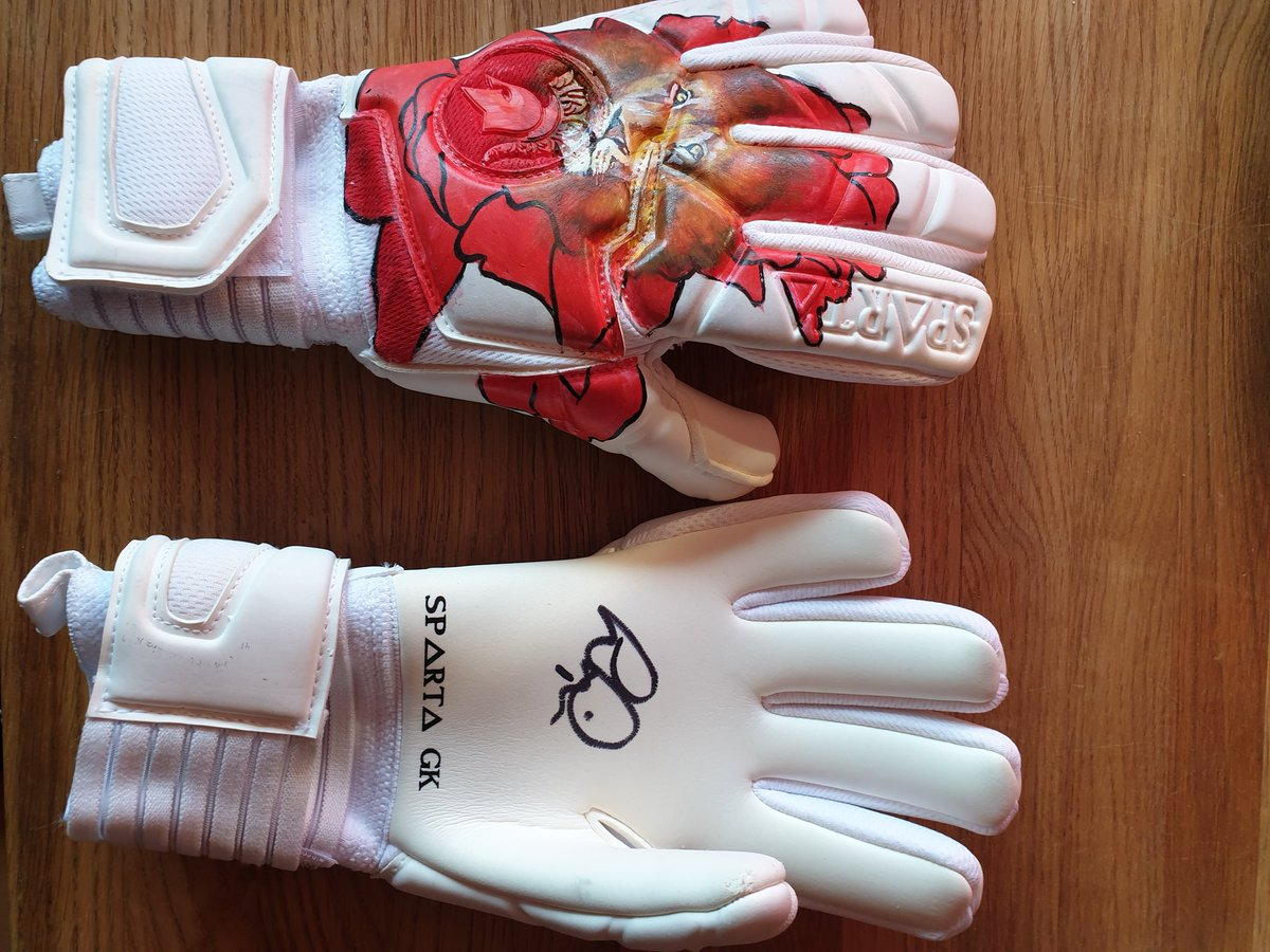 This is a totally one off auction item designed by Larissa Miller @Millwall_LFC goalkeeper. gloves donated by @Sparta_GK and signed by @1BartMan1 and Frank Fielding. Remembrance day and Millwall inspired. Get your bids in all money will go to @lionsfoodhub 💙🦁💙🦁