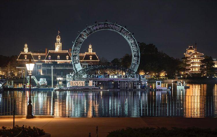 (Récap' Hebdo) La grande structure en forme d'anneau sur barge, pièce maîtresse du futur spectacle #Harmonious de Disney, est en place sur World Showcase Lagoon au parc #EPCOT. Plus d'infos et de photos :