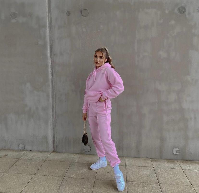 𝗔𝗹𝗹 𝗲𝘆𝗲𝘀 𝗼𝗻 𝘆𝗼𝘂 💗 @sophiesellors wearing our PINK LOUNGEWEAR SET 🔎:'Holly'   #MREP #pink #loungewear #joggers #pinkjoggers #loungewearchic #loungewear #loungewearlifestyle #loungewearset #luxuryloungewear #loungewearallday