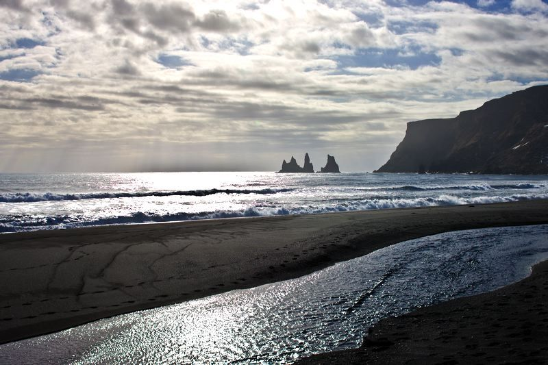 Reynisdrangar captured on a sunnier #SaturdayMorning ☀️🌊   South #Iceland 🇮🇸