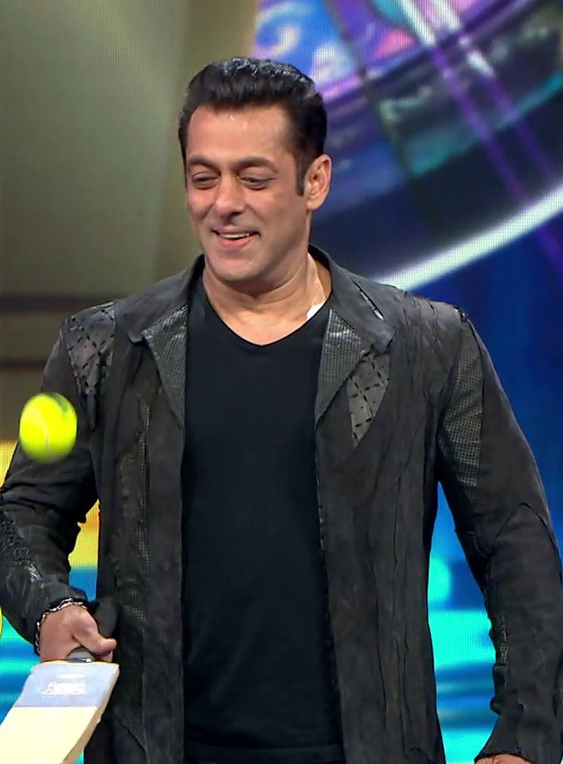 @BeingSalmanKhan while having fun during the opening ceremony of #IPMLonZeeTV 😃