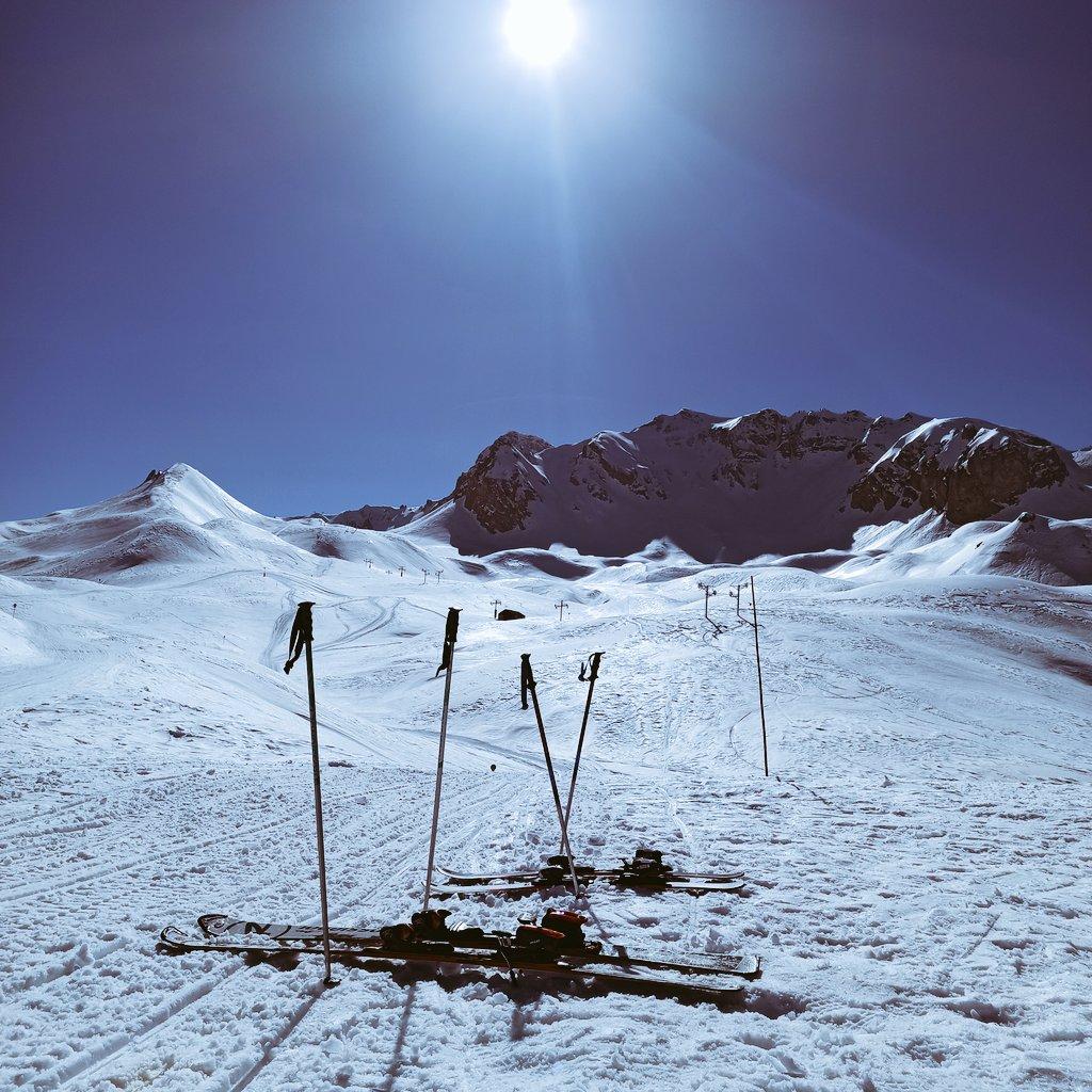 Après l'effort de grimper, le plaisir de contempler ce beau paysage alpestre et de descendre en ski seuls sur les pistes juste entre père et fils ! #Ski #mountain #sun #Vacances