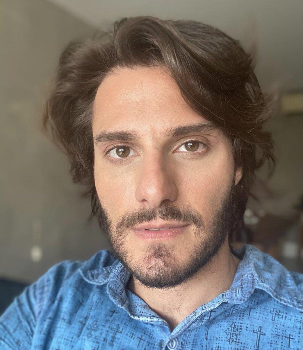 """Dois anos após se assumir gay, ator Hugo Bonemer fala sobre o mercado em entrevista ao Extra: """"Ainda parece incerto para mim depois do outing mas eu acredito que, em breve, as coisas vão melhorar""""."""