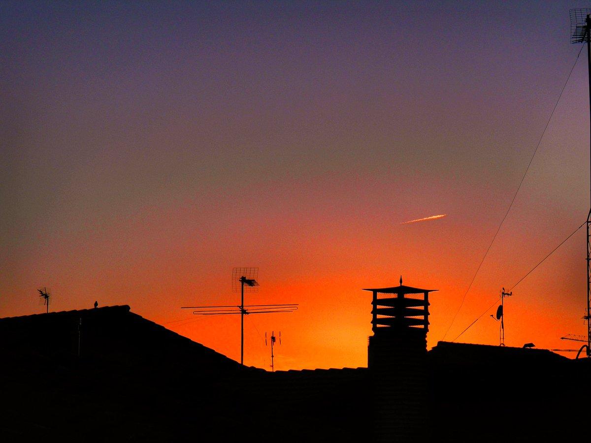 Entre el día y la noche... . .   #foto #pic #pics #picoftheday #ocaso #cielos #nuvole #landscape #nature #instagram #goodnight #landscapephotography #azul #blue #sunset  #sun #sol #fotografia  #cielo #sky #tramonto  #photooftheday  #puestadesol #buonanote #buenasnoches