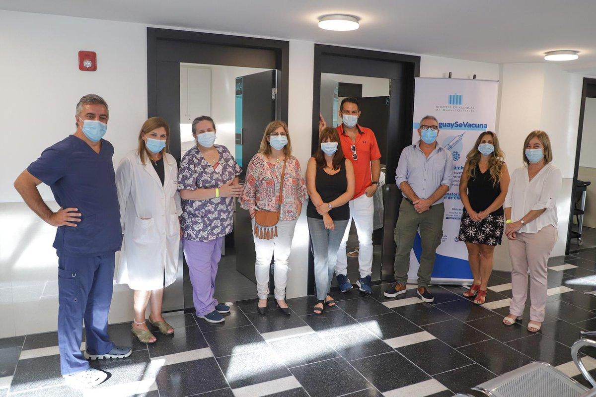 Comenzó la Campaña de vacunación en el @hcmquintela, estuvieron presentes autoridades del Clínicas, del @MSPUruguay y de la CHLA-EP #UruguaySeVacuna