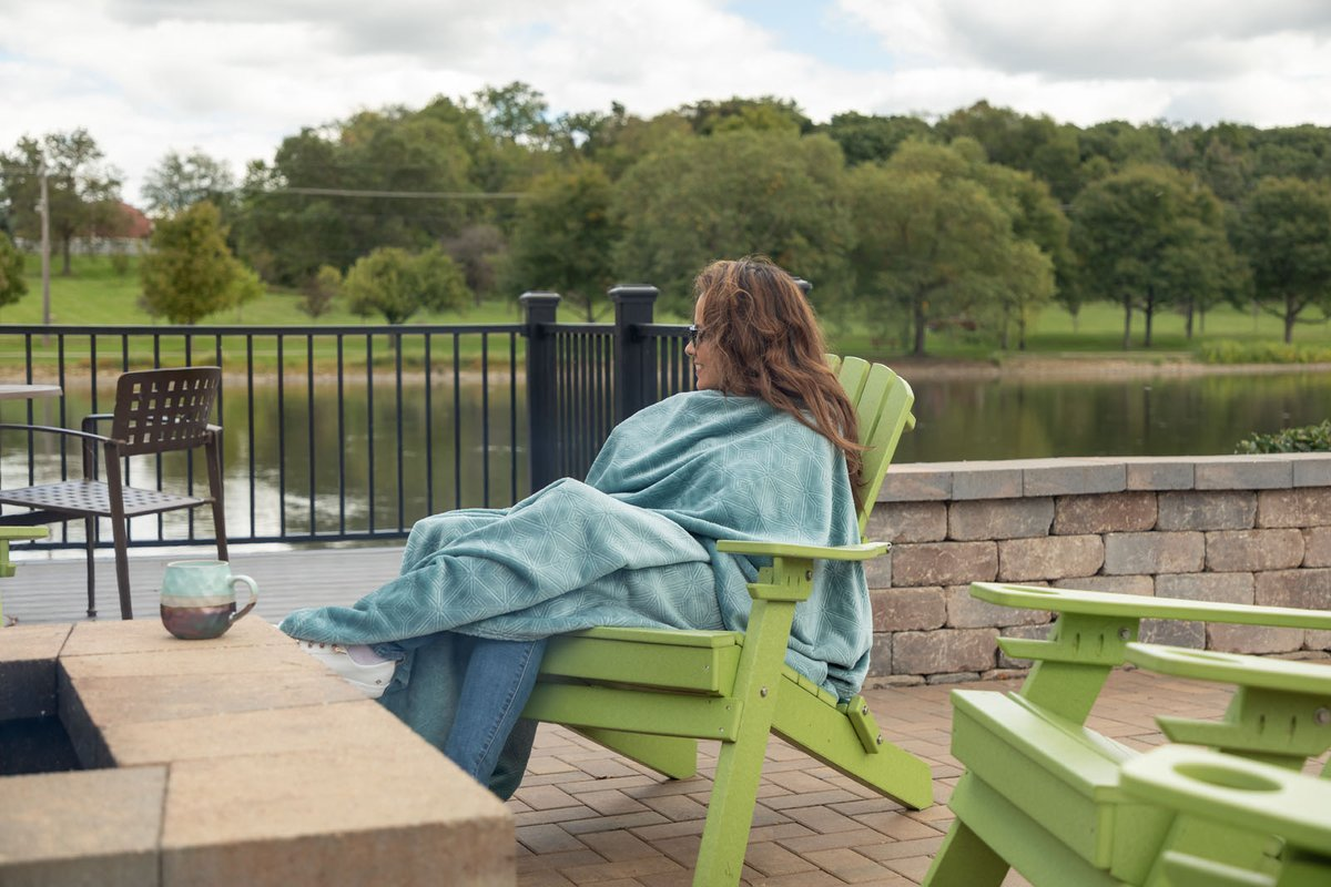 Get toasty at our fire pit! It's the perfect place to catch up with friends or stargaze at night. 🔥  #TheView #StCharles #IL #Apartments #Amenities
