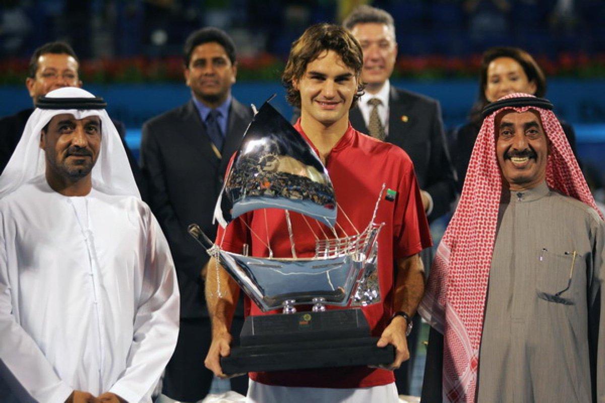 📆 Tal día como hoy, hace 16 años, Roger Federer 🇨🇭 conquistaba el 🏆 en el ATP 500 de Dubai tras derrotar a Ivan Ljubicic 🇭🇷 en la final. Aquel era el primer torneo en el que el tenista de Basilea, con 16 finales consecutivas logrando el triunfo, levantaba 3🏆.