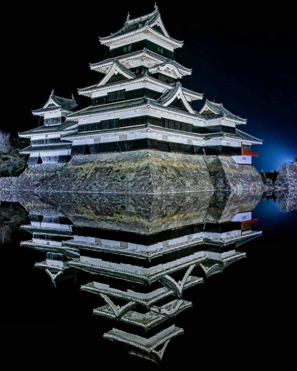こちらは長野県松本市の『松本城』 綺麗な鏡面で美しいですよね😆 皆さんもぜひ行ってみてください❣️  📍:#松本城 📷:@tsumizo123   #絶景 #写真好きな人と繋がりたい #旅行好きな人と繋がりたい #旅好き #旅行 #女子旅 #写真 #国内旅行 #フォトジェニック #travel #traveling #trip #長野