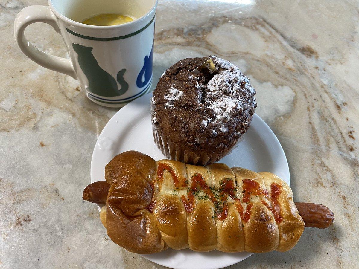 Happy when eating bread ❤️ Vie de France Beret Basque and Danish Wiener Roll 🥖 パンを食べてるときしあわせ❤️ヴィドフランスのベレーバスクとデンマークウインナーロール🥖  #viedefrance #beretbasque #happy #danishwienerroll #bread #tarot #japan #fortunetelling #happy #cafe #タロット