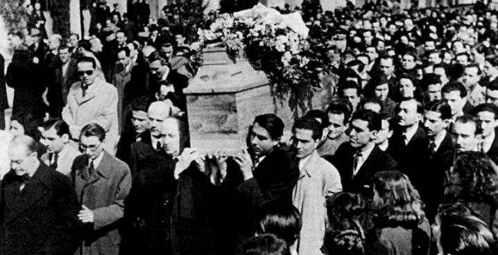 28 ΦΕΒΡΟΥΑΡΙΟΥ 1943 ΣΤΗΝ ΜΝΗΜΗ ΤΟΥ ΠΑΛΑΜΑ Του Άγγελου Σικελιάνου Ηχήστε οι σάλπιγγες… Καμπάνες βροντερές, δονήστε σύγκορμη τη χώρα πέρα ως πέρα… Βογκήστε τύμπανα πολέμου… Οι φοβερές σημαίες, ξεδιπλωθείτε στον αέρα! Σ' αυτό το φέρετρο ακουμπά η Ελλάδα!