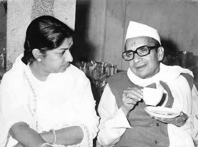 Namaskar. Aaj mere pita samaan, Mahakavi Pandit Narendra Sharma ji ki jayanti hai. Main unke charano'n mein koti koti pranam karti hun.