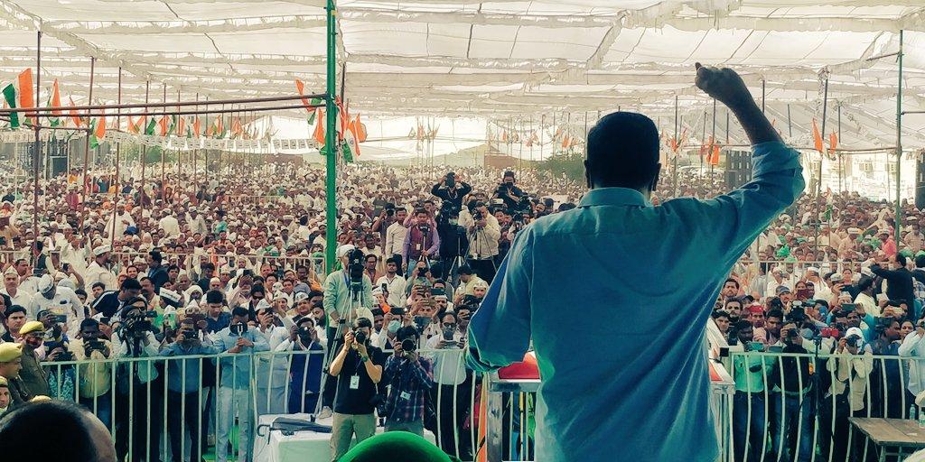 ये सरकार किसानों पर देशद्रोह का मुकदमा चला रही है। ऐसा काम तो अंग्रेजों ने भी नही किया था। @ArvindKejriwal   #KejriwalRoarsInMeerut