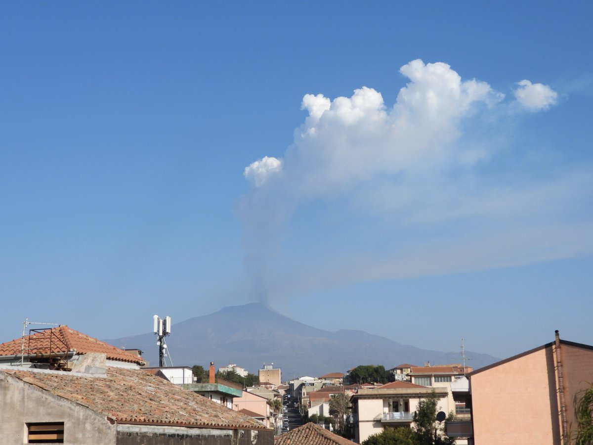New, very brief and rather powerful paroxysmal eruptive episode at #Etnas Southeast Crater, 28 February 2021 morning. Sub-Plinian eruption column seen from home in Tremestieri Etneo, 20 km south of Etnas summit