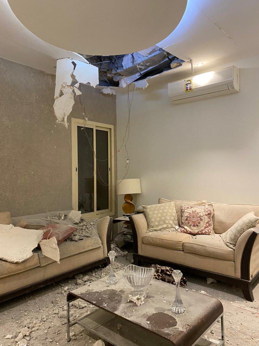 تأثر منزل مواطن بالرياض بسبب شظايا اعتراض صاروخ بالستي أطلقته مليشيا الحوثي الإرهابية. (واس)