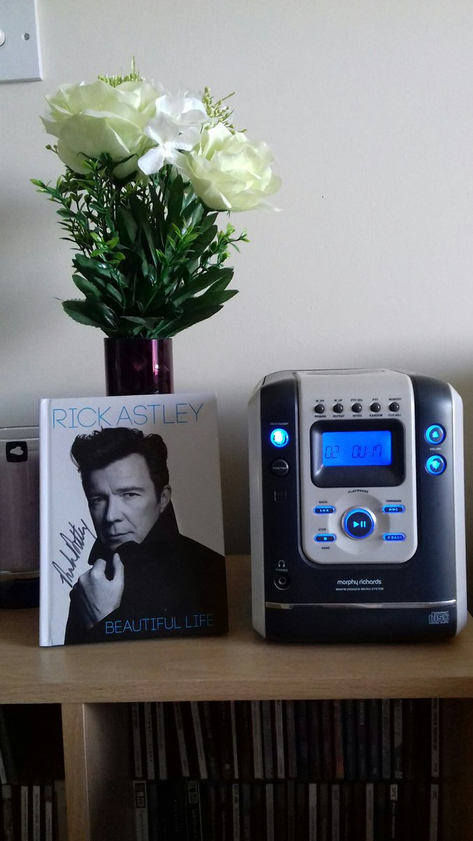 What better way to relax on a Sunday afternoon then listen to @rickastley #BeautifulLife album 😃