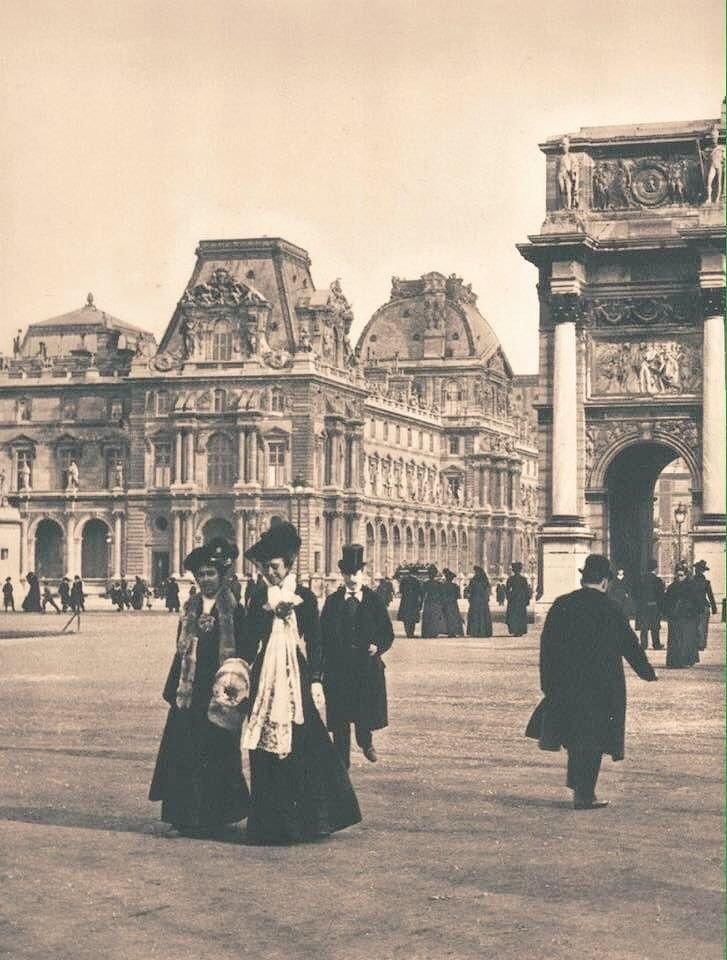 Photo taken in 1908 of Parisians strolling at the Louvre near the Arc de Triomphe du Carrousel; and a photo I took at the same spot this afternoon. #Paris.