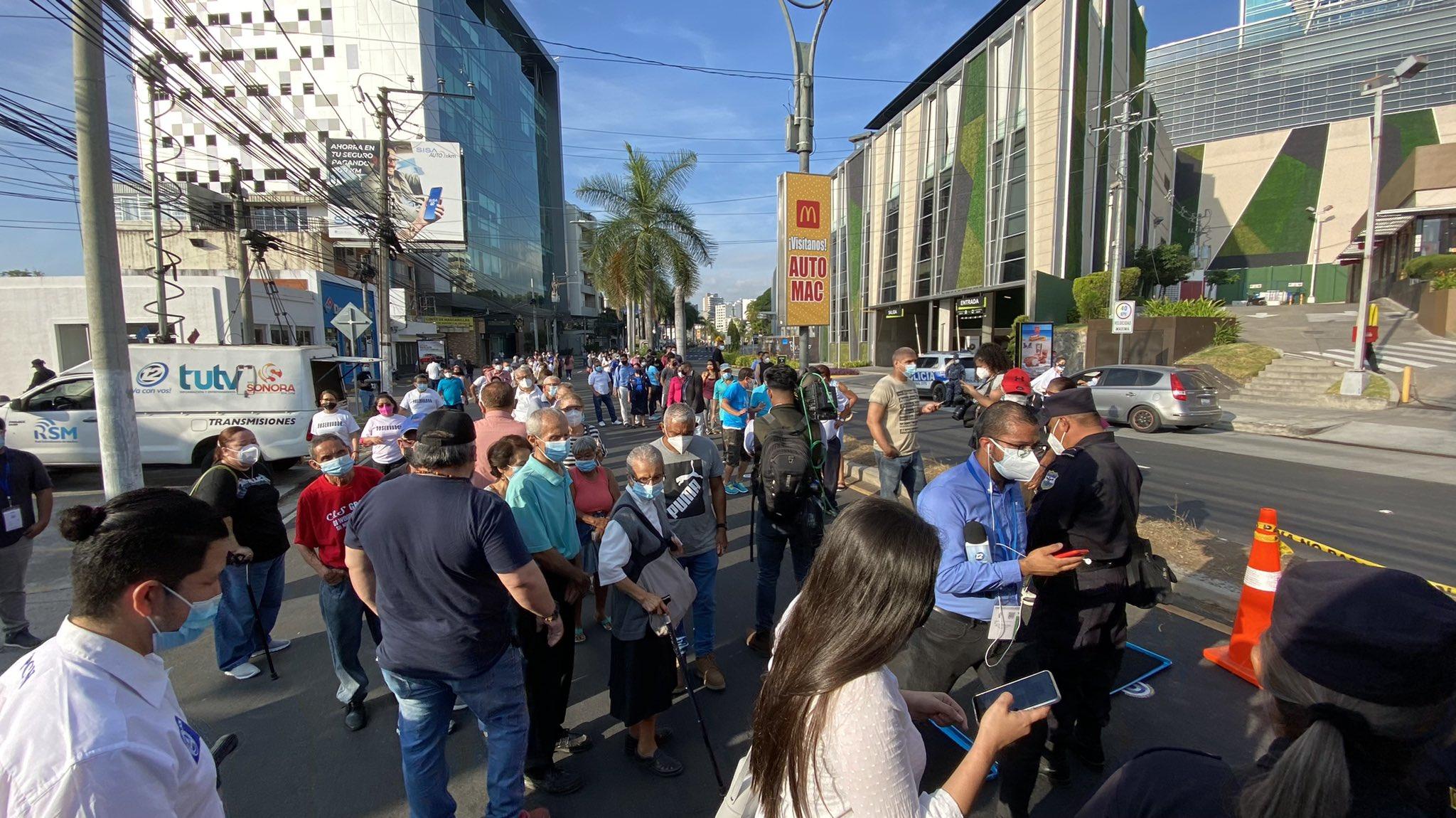 TSE ordenó retirar tarima con sonido de centro de votación bulevard El Hipódromo