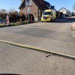 @BarendrechtnuNL - Ongeval met fietser op de #Ziedewijdsedijk, ambulance ter plaatse. Wielrenner vermoedelijk ten val gekomen door deze kabelgoot. Ook andere fietsers worden verrast door de goot (hard, blokkig en geeft totaal niet mee; geeft een 'klap' op je fietsstuur) #Barendrecht https://t.co/WlsxP5PfNd