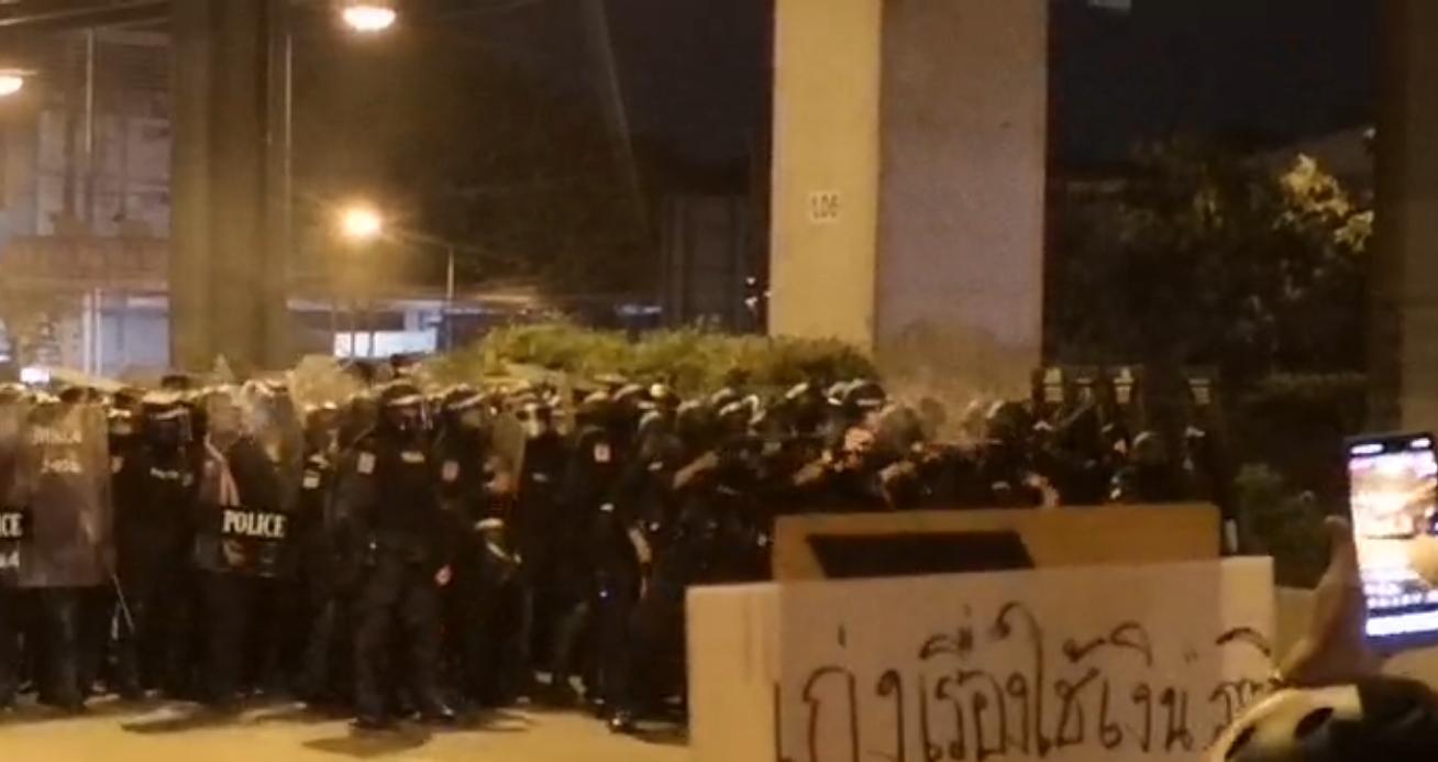 21.23 น. ตำรวจ คฝ. ยังคงยิงกระสุนยางอย่างต่อเนื่องใส่กลุ่มผู้ชุมนุมที่หน้า ร.ร.สุรศักดิ์มนตรี